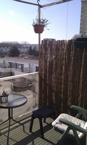 We plaatsten een boomschors schutting op het balkon, het staat gezellig!